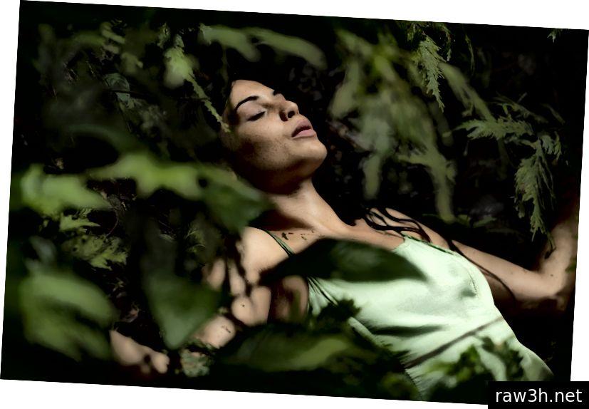 """जून २०१ in मध्ये सॅन पेड्रोच्या प्रभावाखाली चित्रीत झालेल्या """"किसिंग गायया"""" मधील नबिलिया गेनेम. तपशिलांसाठी खाली पहा."""