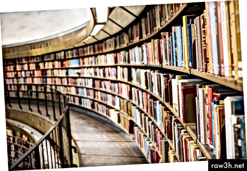 """""""Книги на кафяв дървен рафт"""" от Сюзън Ин на Unsplash"""