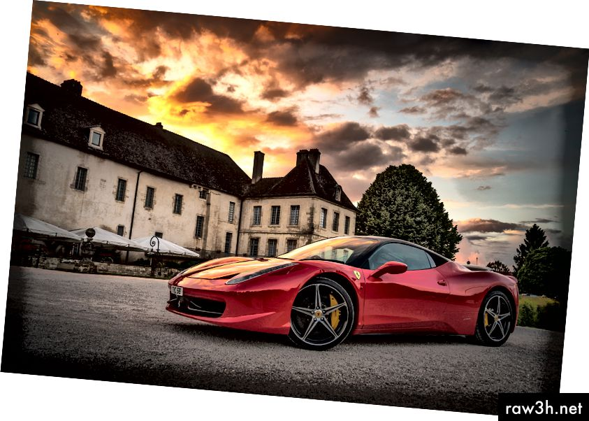 (Задължителна снимка на наето имение и спортен автомобил, защото ... говорим за интернет маркетинг, а!)