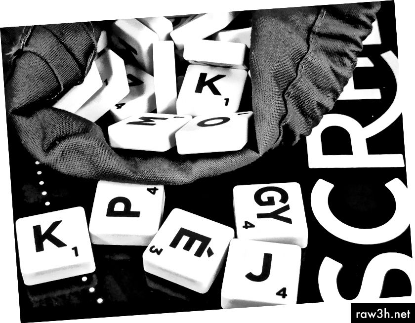 पिक्साबे द्वारा काली सतह पर सफेद और काले स्क्रैबल टाइल