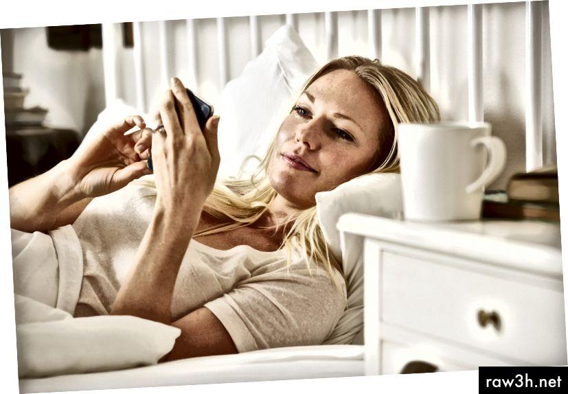 Жена текстови съобщения на мобилен телефон @ monkeybusiness