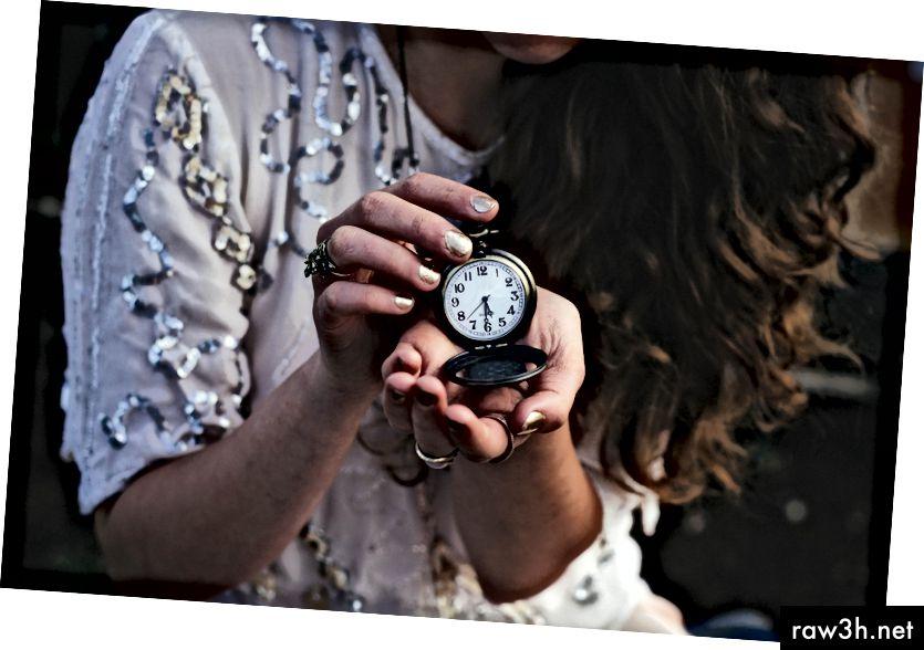 """""""Жена, която държи черен джобен часовник в 5:30"""" от Рейчъл Кроу на Unsplash"""