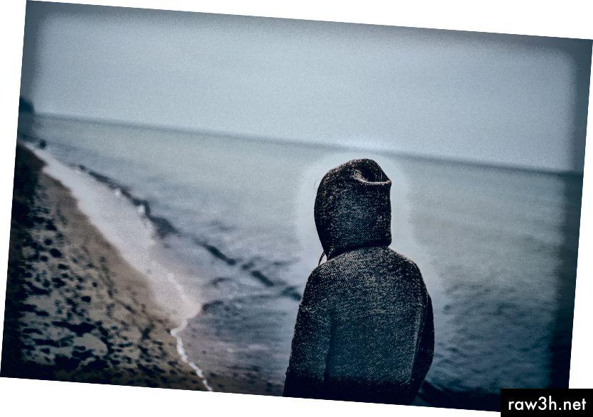 """""""Човек, стоящ до морския бряг"""" от Patryk Sobczak в Unsplash"""