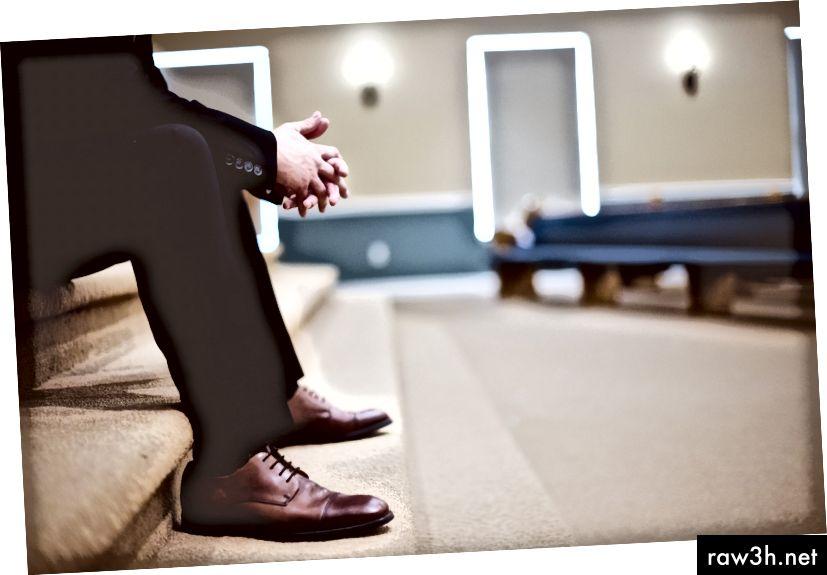 """""""Мъж в черен костюм и кожени обувки, седнал на стълби в църквата"""" от Бен Уайт на Unsplash"""
