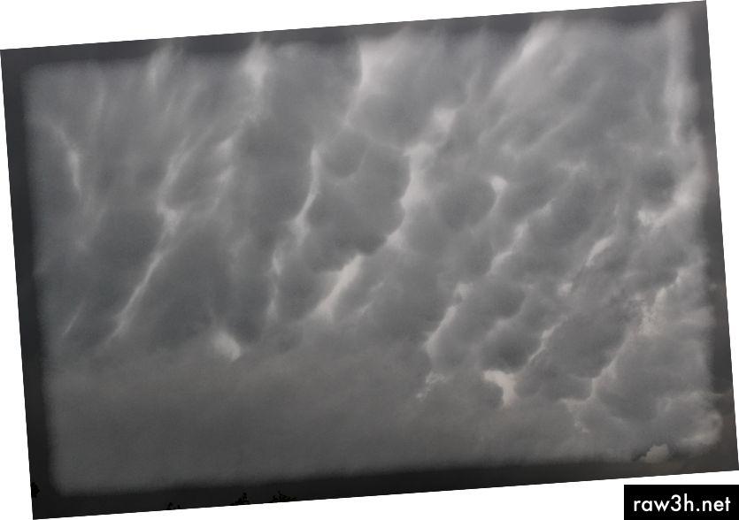 © 2019 Erica Graham-Himlen, da der er et skift i temperatur og kraftige vinde begynder at blæse.