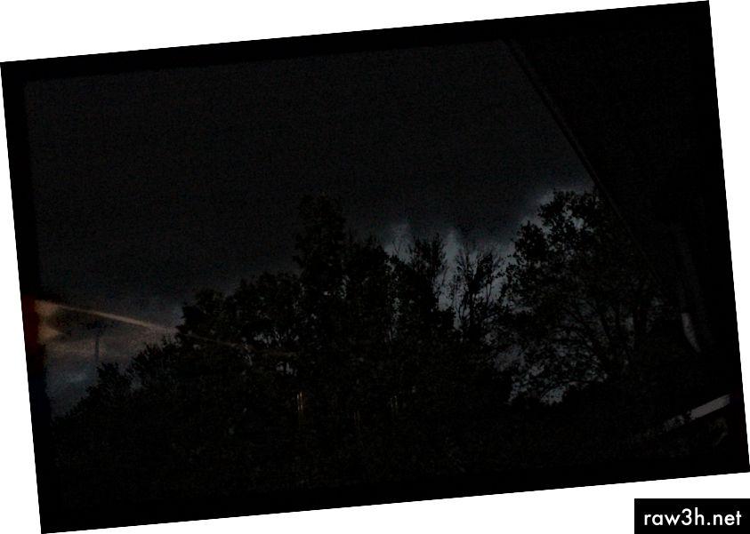 © 2019 Erica Graham-taget indefra, da vi er på vej mod husly. Tornado-sirener lyder, og nyheden advarer om en tornado i området. Det er stadig dagtimerne på dette foto.