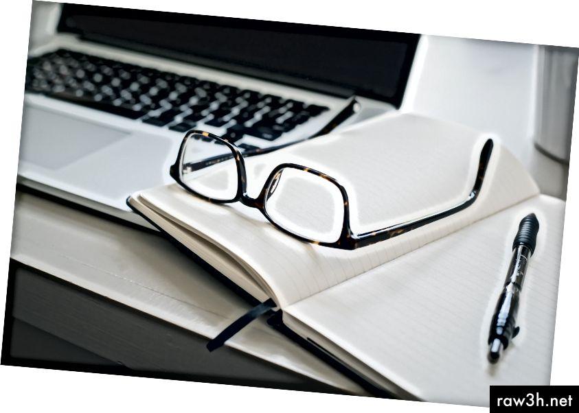 """""""Черни очила в рамка и черна писалка"""" от Трент Ервин на Unsplash"""