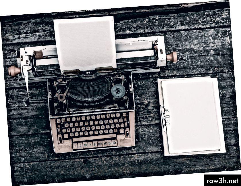 """""""Тип писател до клипборда върху дървена повърхност"""" от Илия О'Донъл на Unsplash"""