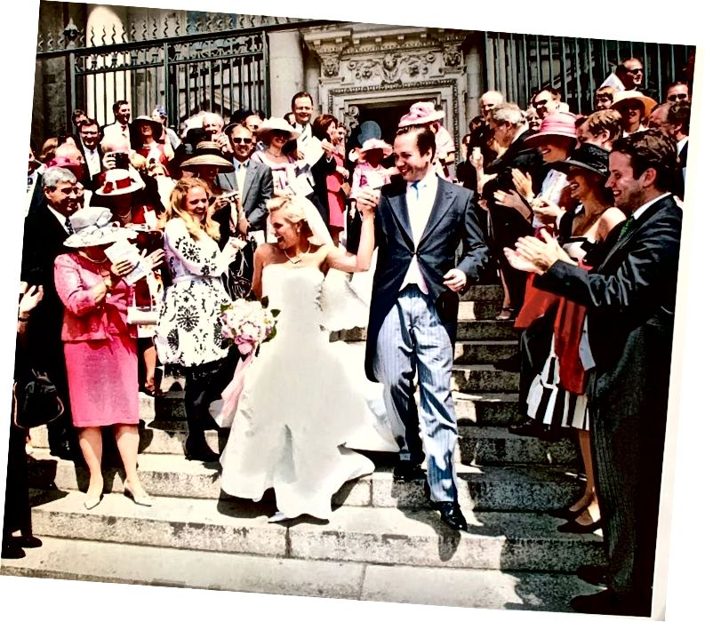 कॅथेड्रलच्या पायर्यांवर अतिथी एकत्र जमले आणि नवविवाहित जोडप्यांसह त्यांचा आनंद आणि शुभेच्छा सामायिक करण्यासाठी!