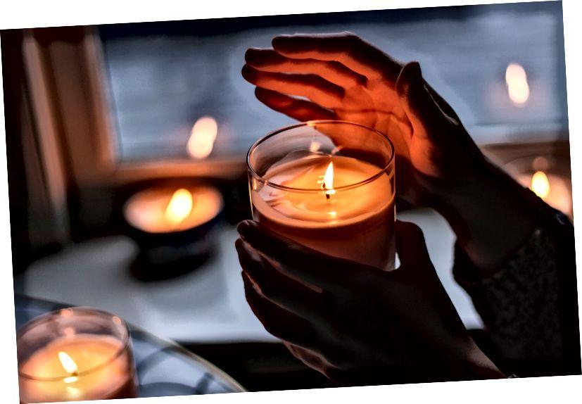 Použijte skleněnou svíčku nebo vyberte ohnivzdorný držák votivy, který vaši svíčku snadno uzavře, a uvědomte si, že některé svíčky, zejména včelí vosk, hoří tepleji než jiné. Fotografie: Rebecca Peterson na Unsplash