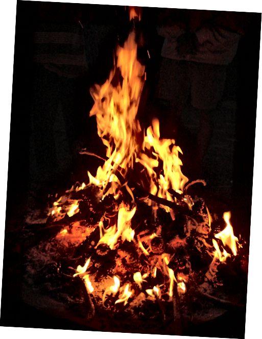 كل شيء هو وقود للنار يحترق مشرق