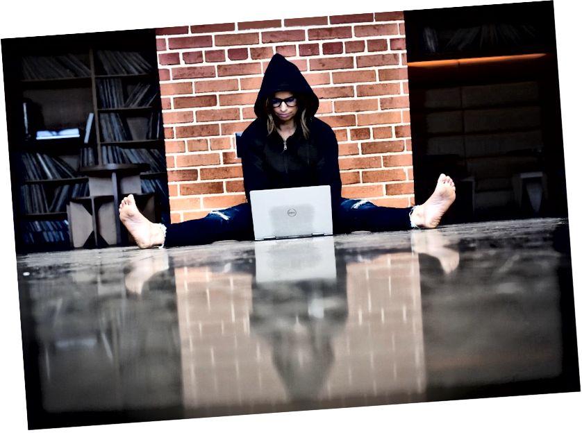 Εικόνα του πραγματικού συγγραφέα σε ένα πάτωμα λόμπι του ξενοδοχείου που προσπαθεί να καταλάβει Medium. Ιδιότητα εικόνας του συντάκτη.