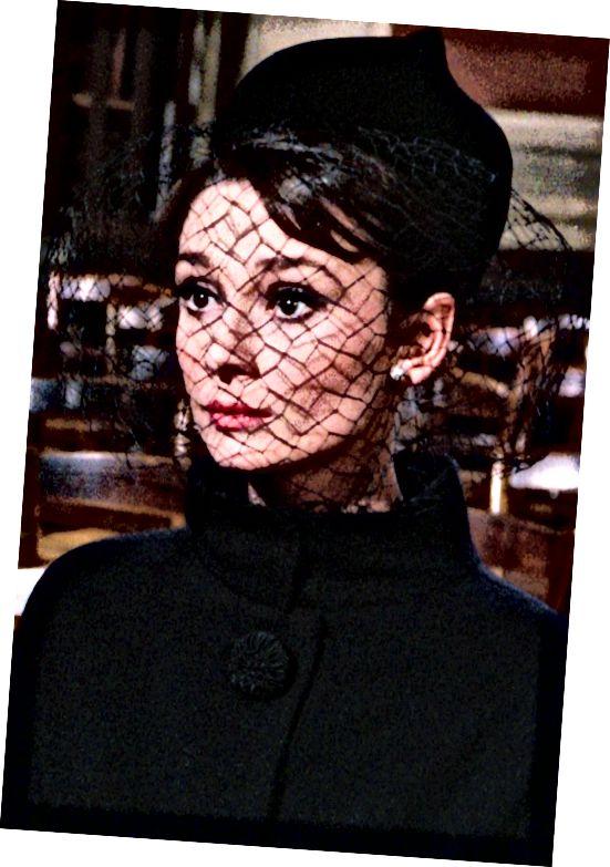 Η Audrey Hepburn απέδειξε ότι μπορείτε να πετάξετε ένα πέπλο ακόμη και πάνω από έναν αιώνα, ώστε να υπάρχει ένα προηγούμενο της μόδας για αυτό, καθώς και δυνατότητες εξοικονόμησης ζωής.