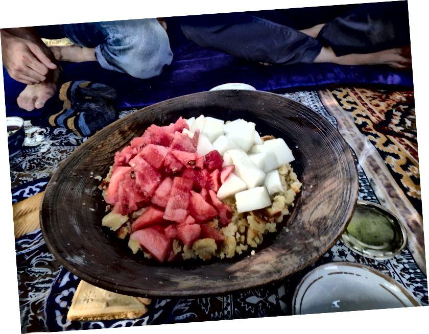 """""""Fatir maska"""", en lokal specialitet fra Khovaling-distriktet (frisk fatirbrød, strimlet og sauteret i smør, med blandet melon på toppen)."""