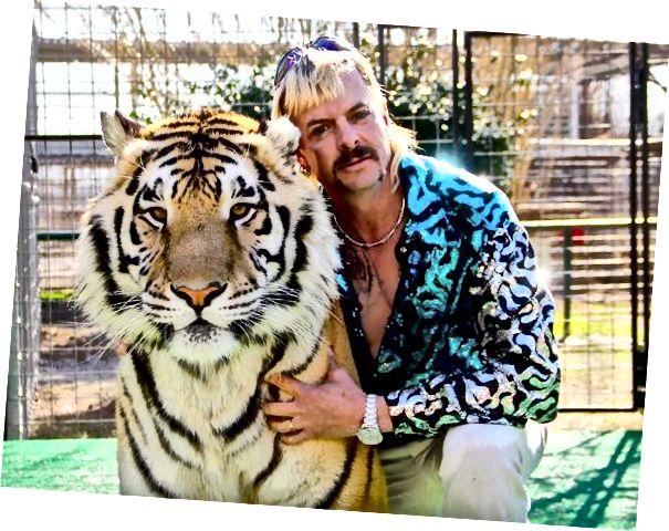 """""""Tiger King"""" Joe Exotic s tygrem. Přibližování se k velkému dravci na vrcholu je velkou známkou toho, že je to neetická zoo! Foto z Forbes.com."""