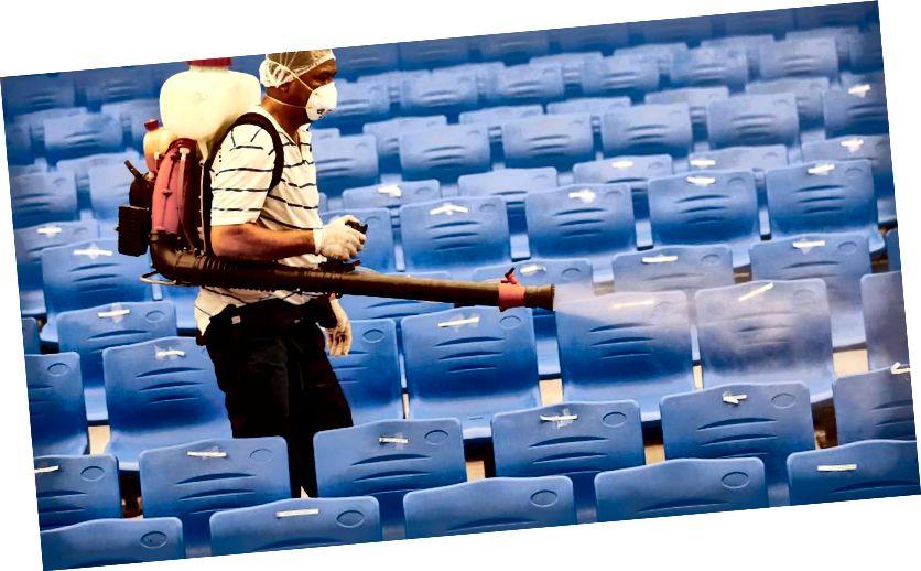 मनिलाच्या पूर्वेस, रिझाल प्रांतातील कैंटा शहरातील एका प्राथमिक शाळेत स्वच्छताविषयक कामांसाठी वर्ग स्थगित केल्यावर कामगार एका सभागृहाचे निर्जंतुकीकरण करते. ईपीए