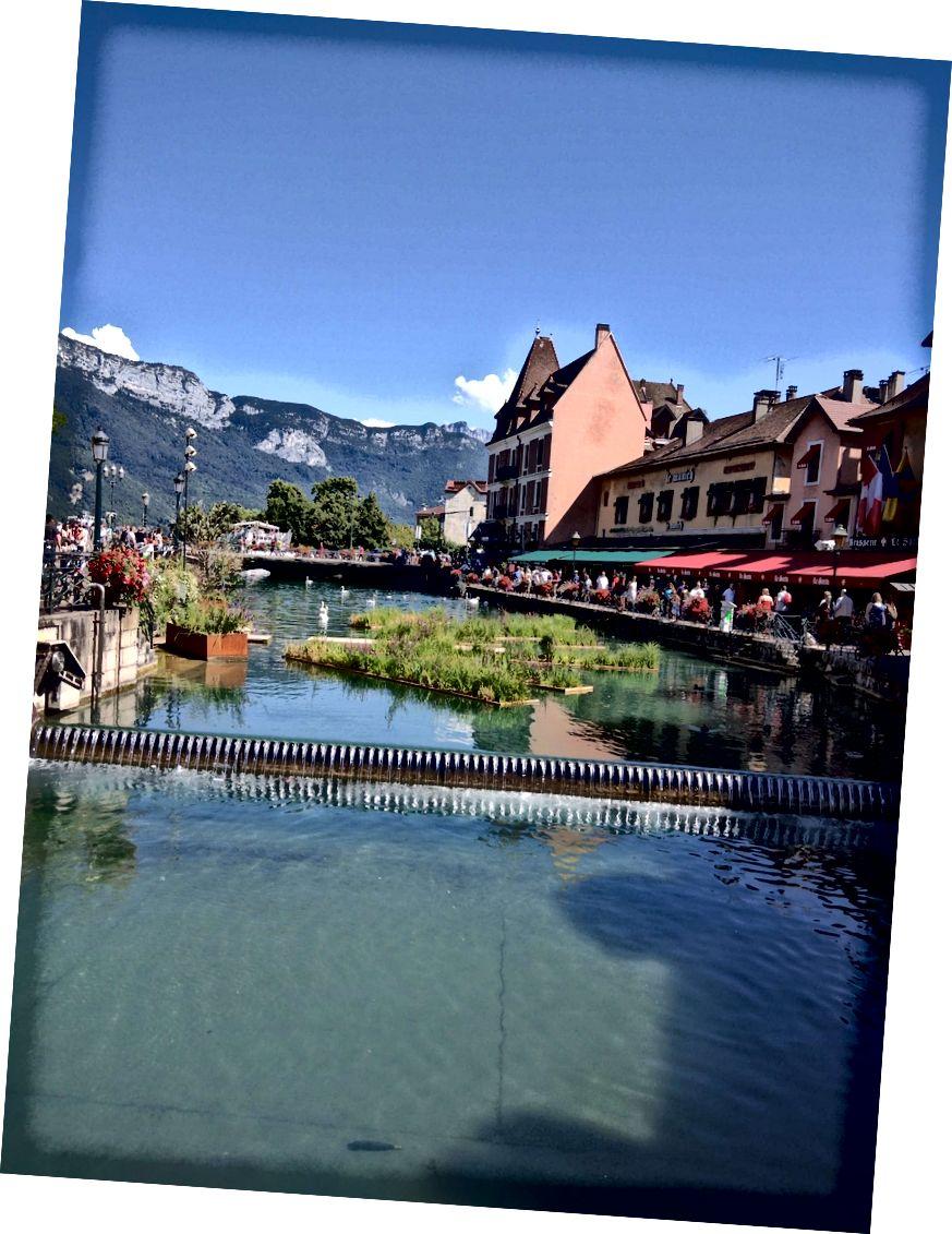 Udsigt over de franske alper fra Annecys gamle bydel