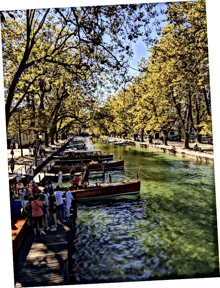 Annecys fantastiske kanaler fra Pont des Amours-broen