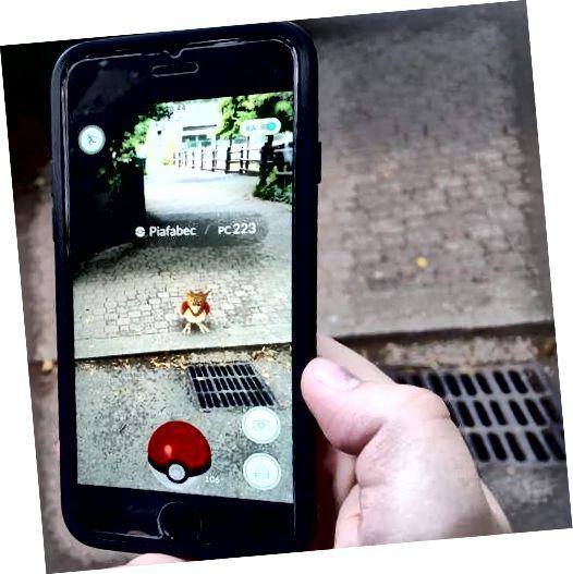 Играта се провежда в реалния свят, като се използват виртуални обекти - Pokemon - които трябва да хванете, когато сте наблизо.