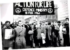 বার্ট্রান্ড রাসেল এবং তার স্ত্রী এডিথ রাসেল ১৯ 18১ সালের শনিবার লন্ডনে ১০০-এর কমিটি কর্তৃক পারমাণবিক বিরোধী পদযাত্রার নেতৃত্ব দিয়েছেন (উত্স: https://commons.wikimedia.org/wiki/File:Bertrand_Russell_leads_anti-nuclear_march_in_Lंदन,_Feb_1961.jpg)