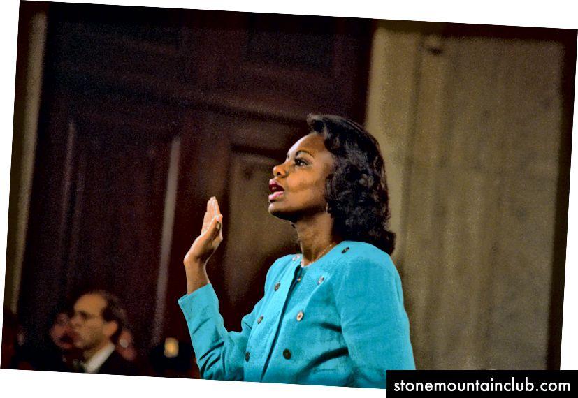 Anita Xill 1991 yilda Senat sudlar sudida Klarens Tomas Oliy sudiga nomzodlik bo'yicha sud majlisida guvohlik berishdan oldin qasamyod qildi. Foto: Bettmann / Getty Images