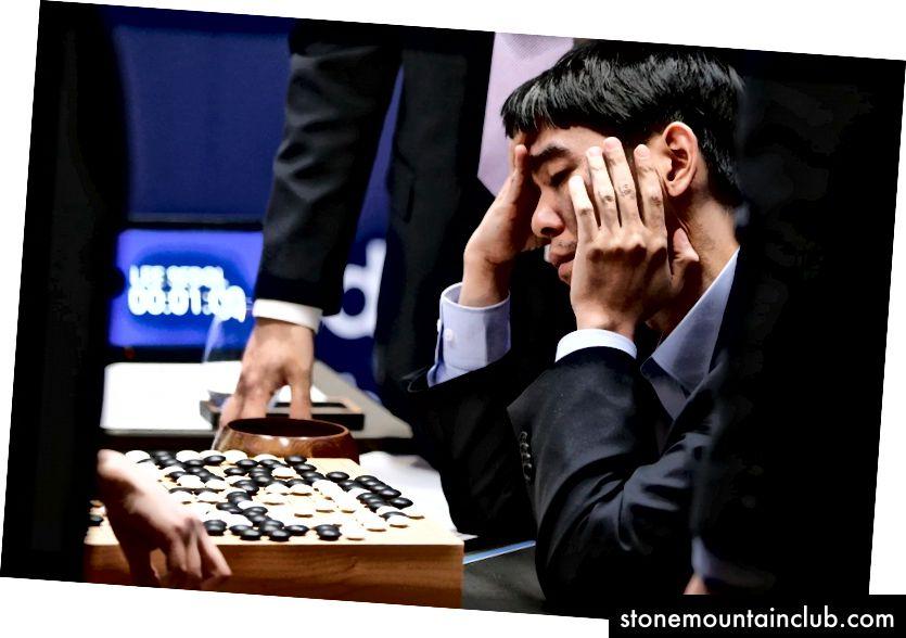 Professional Go o'yinchisi Li Sedol mag'lubiyatdan keyin AlphaGo bilan bo'lgan uchrashuvini ko'rib chiqmoqda. Surat Atlantika orqali.