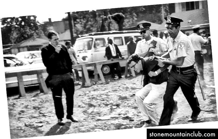 Berni Sanders Chikago politsiyasi tomonidan norozilik sifatida hibsga olinmoqda