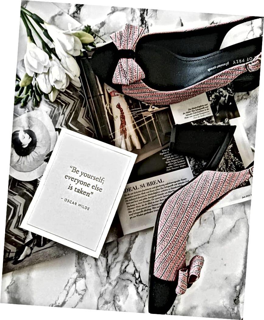 "Kutipan yang kami sertakan saat mengantarkan pelanggan sepatu mereka: semua orang diambil ""- Oscar Wilde"
