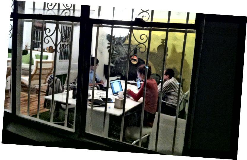 सिडनी येथील आमच्या पहिल्या कार्यालयात काम करणे कठीण - जिथे फ्यूजन बुक्स राहत होती.