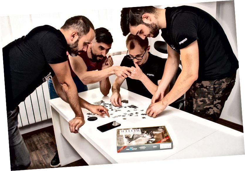 L'équipe Paymo jouant au puzzle de troc