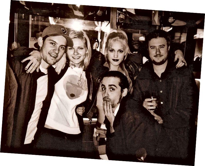 Punani Kamis di The Lounge pada awal 2000-an menarik (dari kiri) Tobey Maguire, Kirsten Dunst, Gwen Stefani, pengusaha sekarang-cryptocurrency Les Borsai dan, berjongkok, aktor Taj Johnson. Sumber: Pantera Sarah