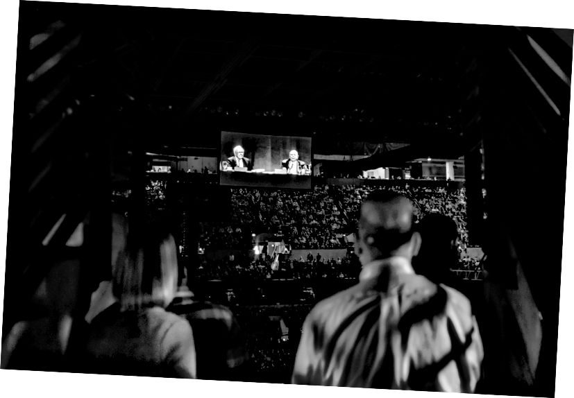 Puluhan ribu penonton menyaksikan Warren Buffett dan Charlie Munger berbicara selama berjam-jam di CenturyLink Center di Omaha. (Foto: Russ Roe)