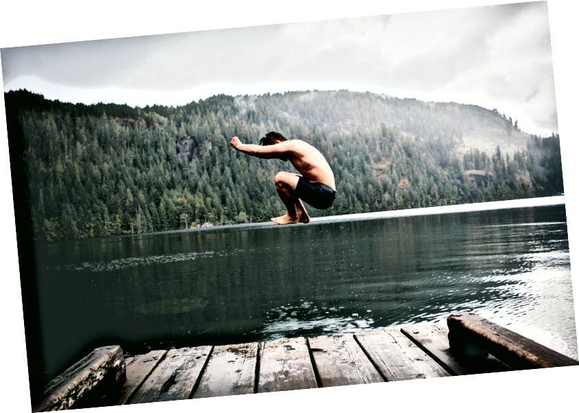 Andrew Ly, az ember a nappali víztesten ugrik