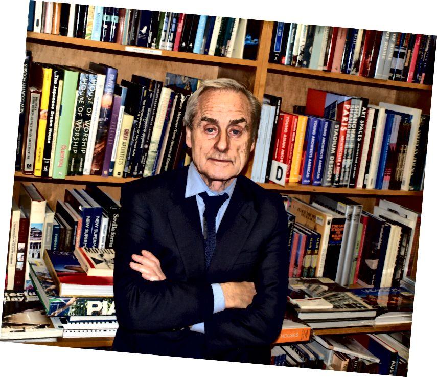 Sir Harold Evans di lingkungan alaminya - dikelilingi oleh buku-buku.