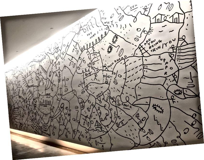 """""""Nota rödd þína"""", eftir Shantell Martin, dregin frjálshönd yfir daginn á Airbnb aðalstöðinni"""