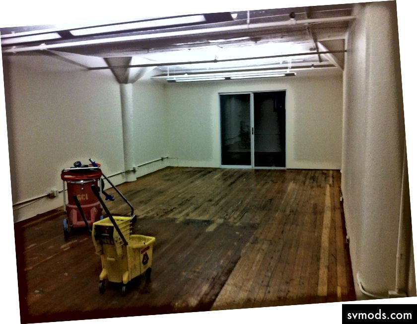 Erstes offizielles LocBox-Büro am Einzugstag. Beachten Sie das Fenster im Gefängnisstil im hinteren Bereich und die zweifarbigen Böden.