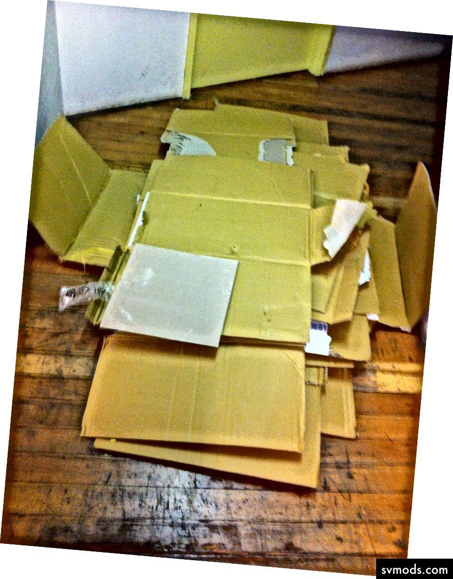 A dobozokat péntek este későn bontották le, mielőtt a kukába szállították