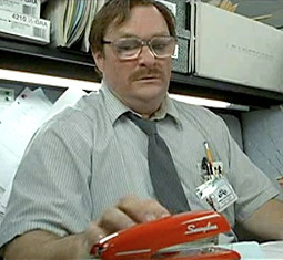 Milton. Piros tűzőgép. Eleget mondott.
