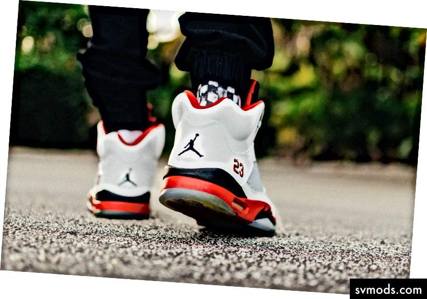 Produk tidak pernah menyerah - Foto Air Jordans oleh Hunter Johnson di Unsplash