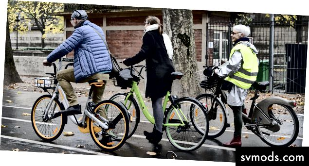 Orang-orang dengan sepeda bersama di Paris
