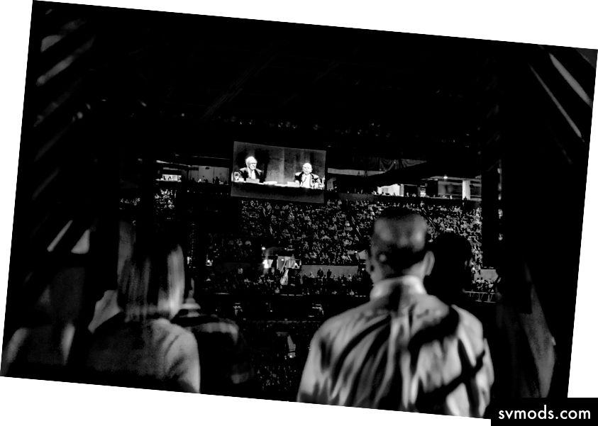 Desítky tisíc diváků sledují, jak Warren Buffett a Charlie Munger mluví hodiny v Centru CenturyLink v Omahě. (Foto: Russ Roe)