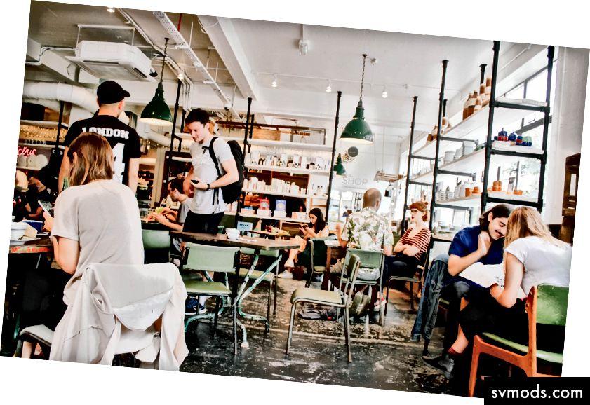 في البحث عن بيئة دراسة أقل عزلة وأكثر حفزًا ، يستبدل المتعلمون عبر الإنترنت منازلهم ومكتباتهم بالمقاهي.