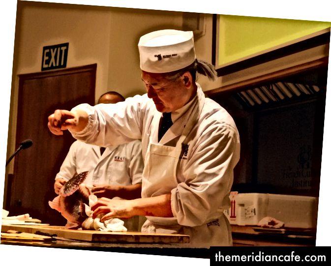 طاهي السوشي الذي يؤدي إيكيجيمي - من إيكيجيمي: الطريقة اليابانية لصيد السمك