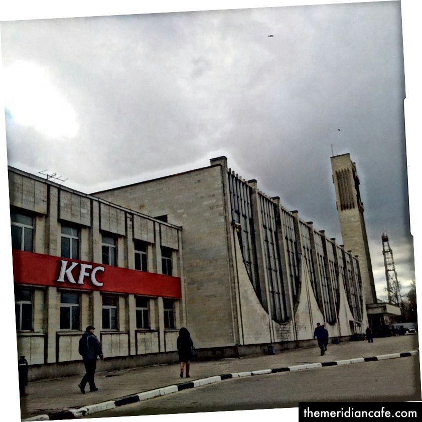Imagem: Edifício da URSS agora servindo KFC. Tver, Rússia. Vincent Bevins 2015
