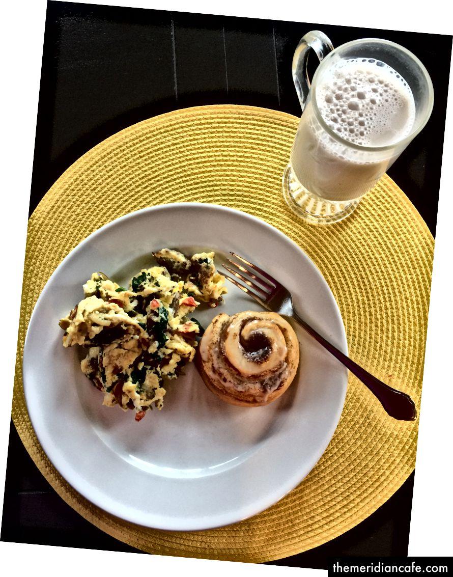 Foto do autor: Mistura de ovos com chalotas, pimenta vermelha, espinafre e linguiça italiana - rolo de canela e leite de baunilha e amêndoa