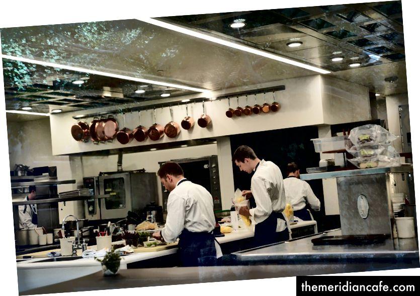 Drei Michelin-Sterne, die französische Wäscherei in Yountville, Kalifornien: Köche in der Küche Foto von zhukovsky -167217720