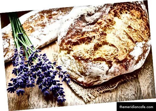 Świeżo upieczony tradycyjny chleb @ paulgrecaud