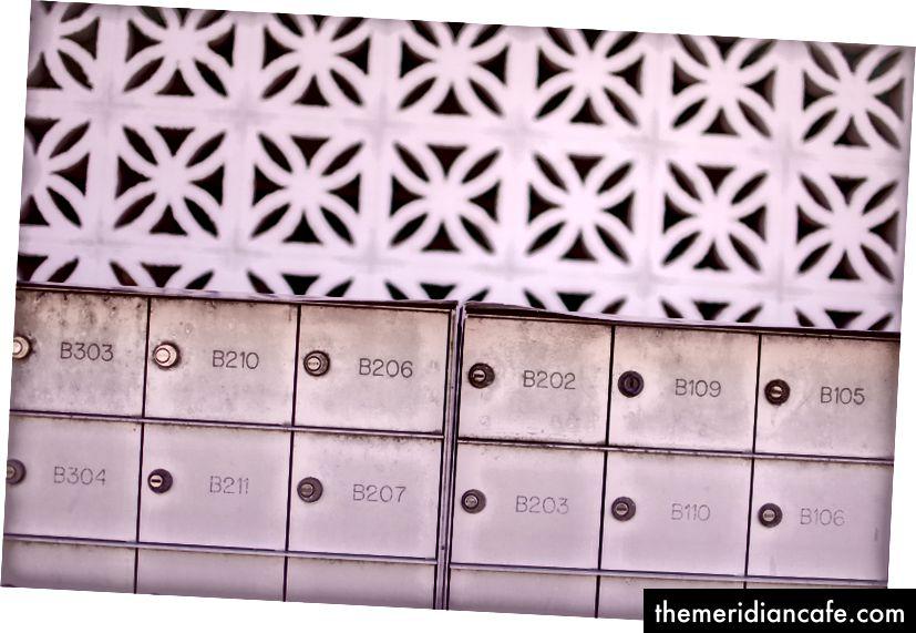 """""""Linhas rosa de caixas de correio na frente da arquitetura de cimento rosa em Ocean City"""", de Jerry Kiesewetter na Unsplash"""