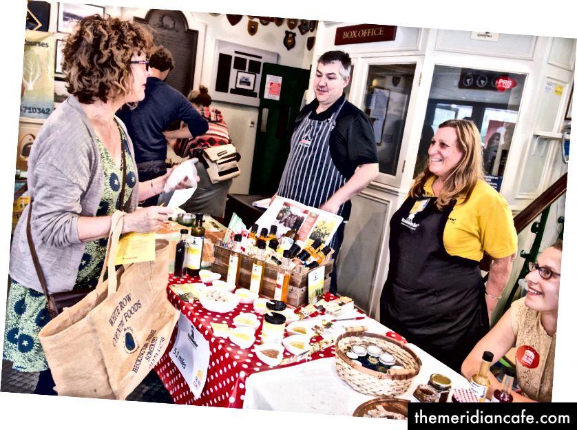 Um evento organizado pela Assembléia de Alimentos, que reúne pessoas para comprar alimentos frescos diretamente de agricultores e fabricantes de alimentos locais (Fonte: Assembléia de Alimentos)