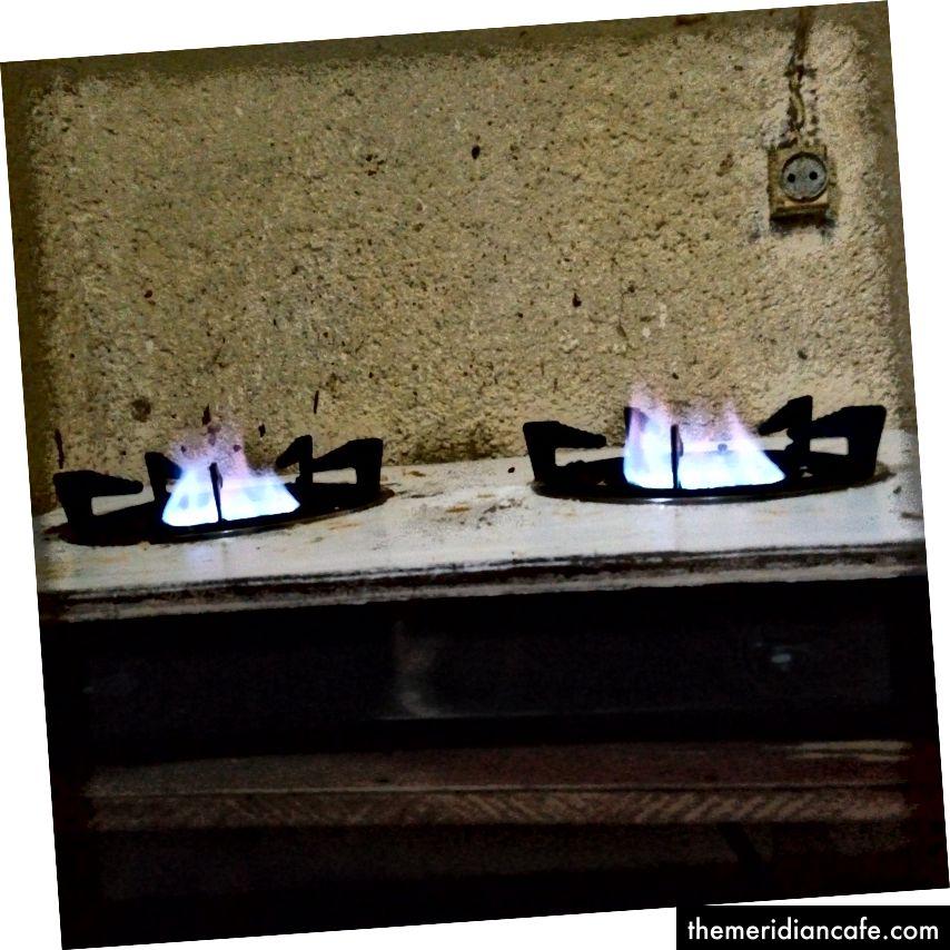 Газова печка е включена. Снимка на Mercie Dieu Kazungire